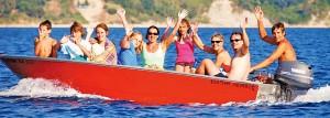 leute-winkend-motorboot