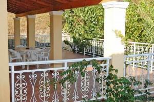Sehr große Terrasse mit Meerblick im Appartement Elias auf Korfu