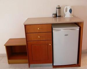 Kleine Anrichte mit Kühlschrank im Haus Elias Zimmer mit Frühstück