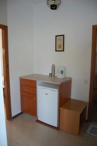 Kleine Anrichte mit Kühlschrank im Haus Vasili