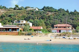 Circa 250 m bis zum Strand; Ferienhaus Jannis oben mitte zu sehen