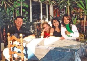 Hausbesitzer Jannis mit Familie