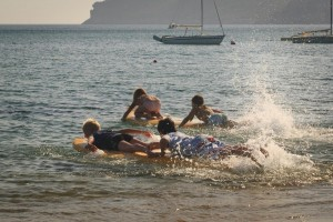 Spaß im Wasser für die Youngsters in Agios Georgios