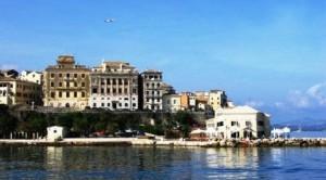 Korfu-Satdt (Kerkyra) liegt direkt am Meer