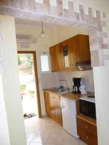 Offene Bauweise, aber optisch abgetrennt: Küche im Appartement Katherina