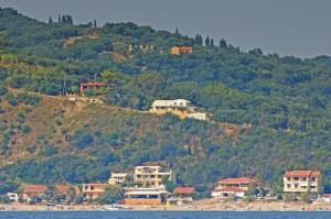 Ferienhaus Tatjana in erhöhter Lage (mitte des Bildes)