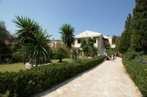 Gepflegte Einfahrt zum Appartementhaus Miltiades auf Korfu