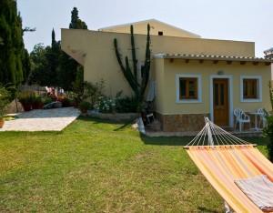 Hinterer Gartenbereich im Haus Miltiades mit Grill und Pergola auf Korfu